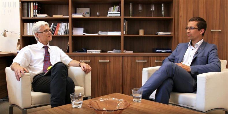 Historik a prorektor MU diskutoval s děkanem FSS MU Stanislavem Balíkem.
