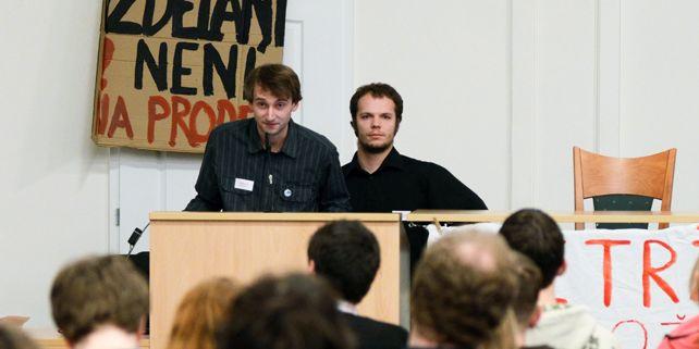 Jan Chmelíček (vlevo) byl jedním z organizátorů brněnských protestů proti návrhům reformy vysokých škol. Foto: David Povolný.