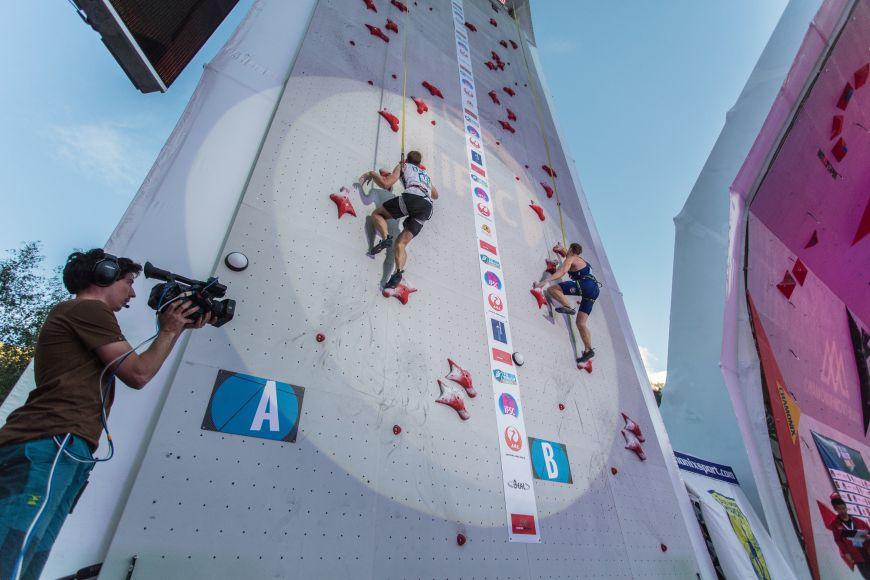 Závodní výkon lezce na rychlost trvá kolem sedmi vteřin. Právě za tuhle kratičkou dobu zvládne zdolat 15metrovou stěnu.