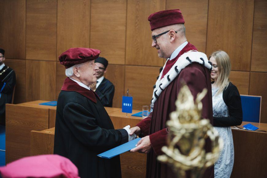Jaroslav Gregr přebírá pamětní medaili za 40let vroli pedela.