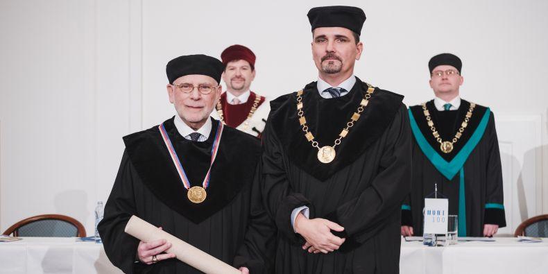 John Paul Giesy a Luděk Bláha, proděkan pro vědu, výzkum, zahraniční styky a doktorské studium Přírodovědecké fakulty MU.