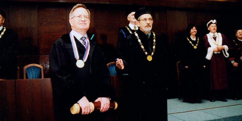 Čestnou vědeckou hodnost doctor honoris causa v oboru vědy o umění získal John Tyrell na Masarykově univerzitě30. května 2002.