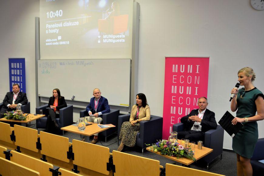 Panelové diskuze se účastnili (zleva) Igor Mesenský, Dana Kovaříková, Marek Třeška aJaroslava Rezlerová. Moderovala proděkanka pro vnější vztahy aspolupráci spartnery Sylva Žáková Talpová.