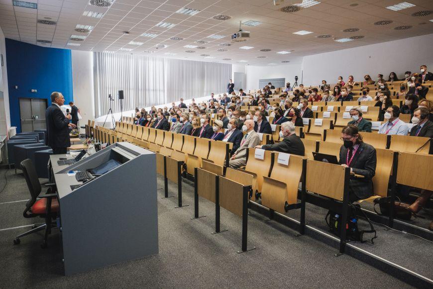 Slavnostní konference se odehrávala vaule ESF MU.