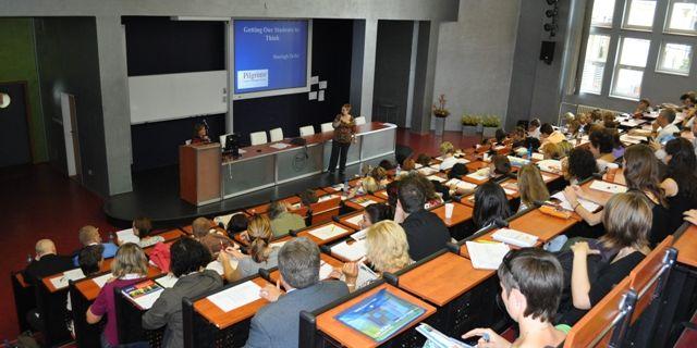 Na konferenci se sešli známí autoři učebnic ametodici jazykové výuky aučitelé zvysokých, středních imateřských škol.