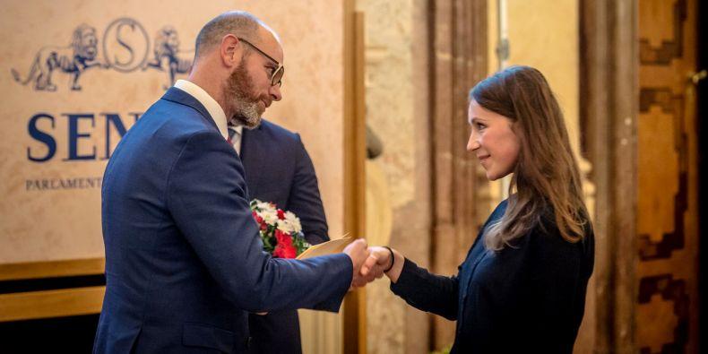 Katarína Kravčíková z Filozofické fakulty MU přebírá cenu od ministra Roberta Plagy.