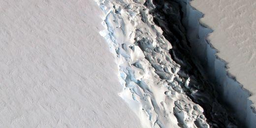 Fotografie trhliny v části C Larsenova šelfového ledovce z podzimu 2016. Hrozí, že se odtrhne až 6000 kilometrů čtverečních plochy. Co to přinese, zatím není jasné.