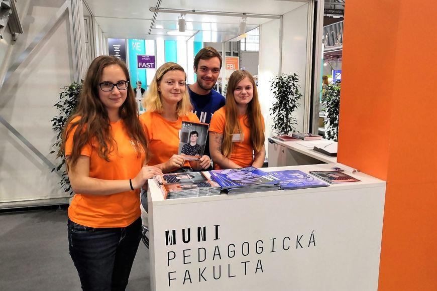 Lucie Říhová pomáhal už dřív prezentovat svou fakultu aMUNI.
