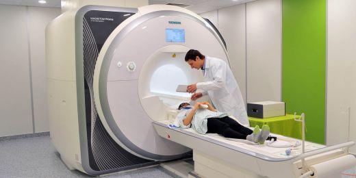 Vyšetřování dobrovolnice za využití EEG i magnetické rezonance.