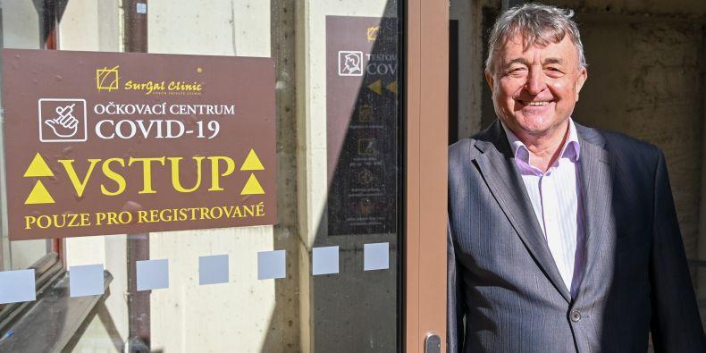 Profesor Milan Konečný před očkovacím centrem.