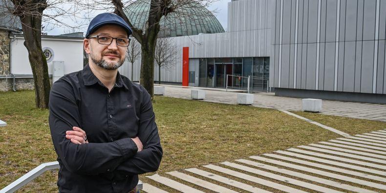 Pavel Gabzdyl v roce 2007 vystudoval geologii na Přírodovědecké fakultě MU, kde dosud vyučuje sérii předmětů z oblasti astrofyziky.