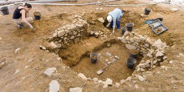 Odkrývání pozůstatků domu z dob císaře Augusta na jedné z teras oppida Bibracte.