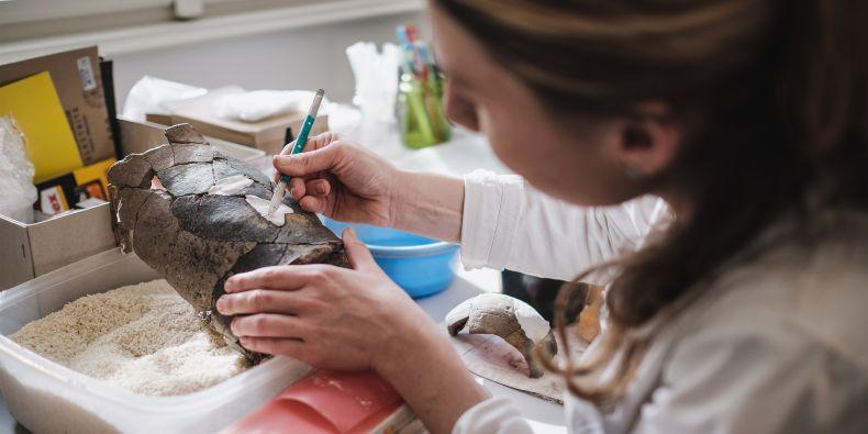 Tereza Zemancová v jedné z laboratoří vytváří z nalezených střepů znovu celé nádoby