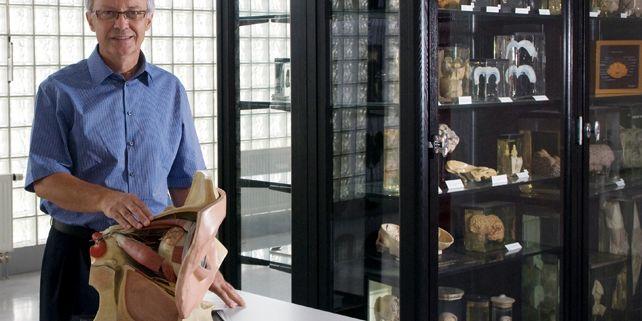 Žádný atlas studentovi nenahradí zkušenosti, které získá při anatomické pitvě, říká přednosta anatomického ústavu Petr Dubový.  Foto: Tomáš Muška.