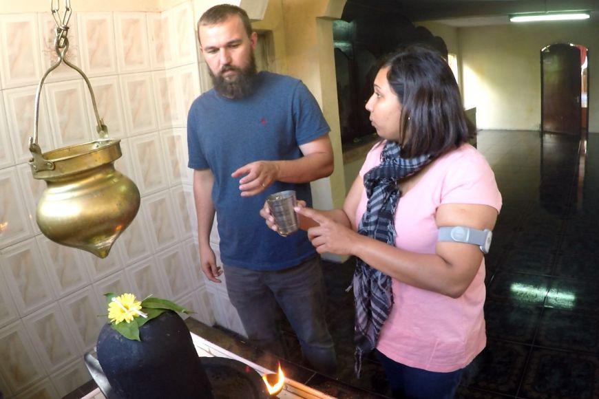 Religionista Martin Lang avýzkumná asistentka Manesha Soonea vmauricijském chrámu při přípravě experimentu.