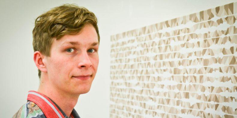 Michael Hon před jedním ze svých obrazů.