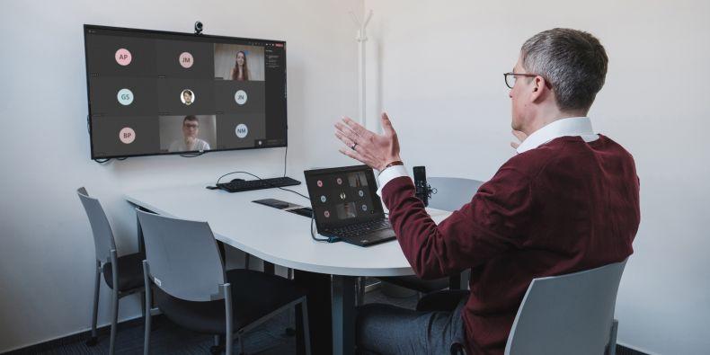 Michal Černý z Filozofické fakulty bude přes EDUC učit online kurz o digitálních kompetencích.
