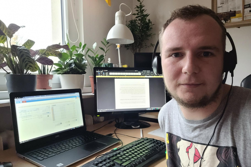 Student programu Informační studia aknihovnictví na filozofické fakultě Michal Zich je jedním zdobrovolníků, kteří trasují zdomova.