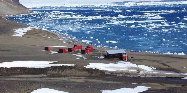Stanici Masarykovy univerzity v Antarktidě tvoří hlavní budova pro ubytování a výzkumné práce a devět kontejnerů pro technické zázemí. Foto: Miloš Barták.