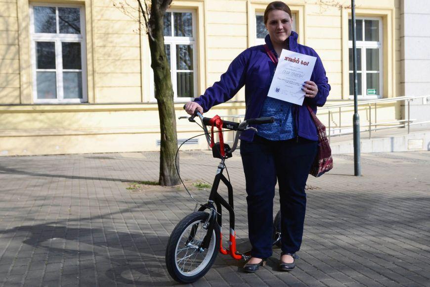 Olga si jako odměnu za kvalitní projekt odvezla novou koloběžku.