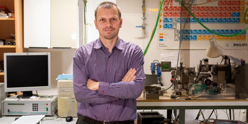 Ondřej Caha působí v Ústavu fyziky kondenzovaných látek Přírodovědecké fakulty MU.