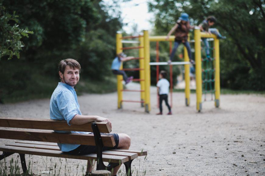 Pavel bez problémů zvládá vzít čtyři děti různého věku ven apak snimi ještě doma probrat domácí úkoly.