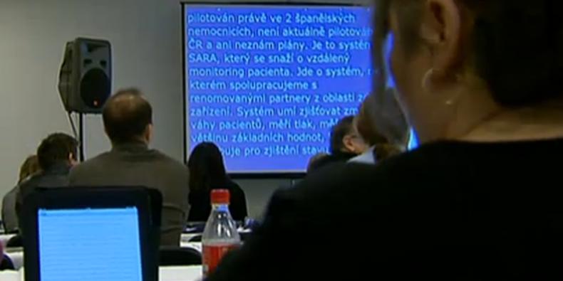 Neslyšící studenti mohou sledovat přednášky v podobě simlutánního přepisu na velké obrazovce nebo třeba na tabletu.