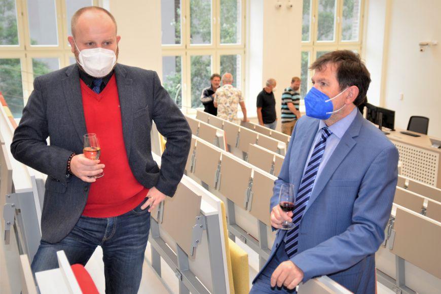 Rektor Martin Bareš aděkan právnické fakulty Martin Škop při prohlídce nově opravených učeben.