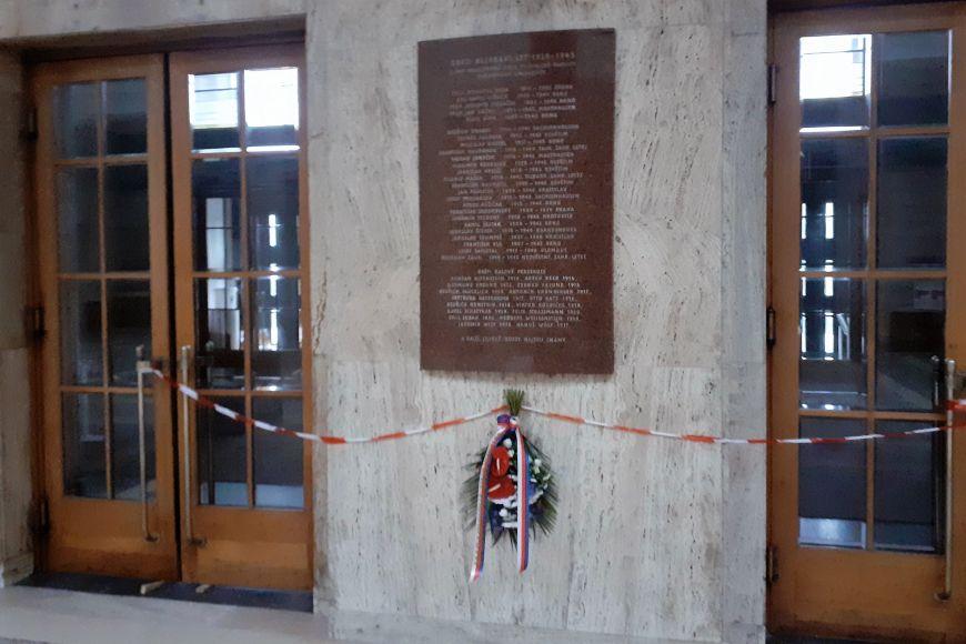 Kytice dnes ozdobily také pamětní desku vbudově Právnické fakulty MU (na snímku) apomník obětem druhé světové války vKlácelově ulici.