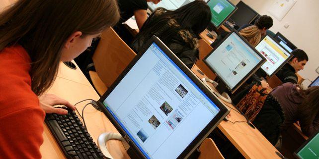 Častým místem shledávání studentů je tzv. cépéeska (CPS) – Centrální počítačová studovna na Komenského náměstí, otevřená dvacet čtyři hodin denně, univerzita ovšem všeobecně disponuje velmi dobrým wifi pokrytím.