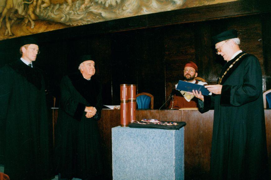 Roger Scruton (zcela vlevo) při přebírání čestného doktorátu Masarykovy univerzity vroce 1998.