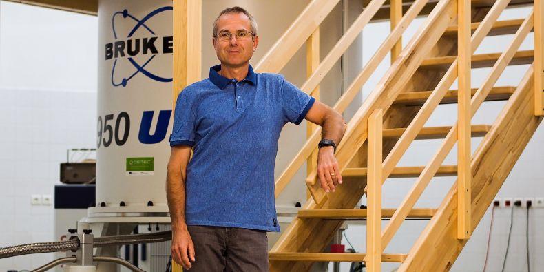 Vedoucí týmu Radek Marek u přístroje pro NMR v bohunickém kampusu.