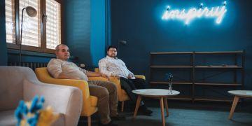 Štefan Grinvalský a Petr Banda v nové kavárně na Pedagogické fakultě MU s inspirativní nápisem.