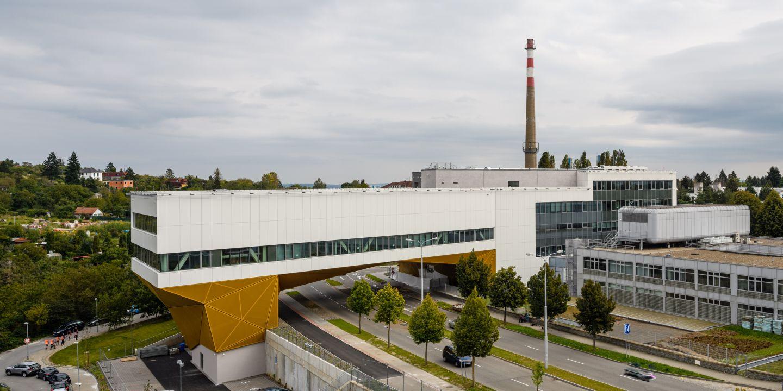 Nová budova Simulačního centra LF MU uzavírá východní konec kampusu.