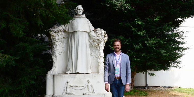Sébastien Soubiran u sochy Gregora Johanna Mendela při konferenci asociace Universeum v Brně.