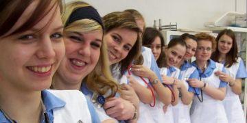 Studentky oboru musí během svého tříletého studia absolvovat 2300 hodin odborné praxe v klinických podmínkách zdravotnického zařízení.  Ilustrační foto: JD Lasica.