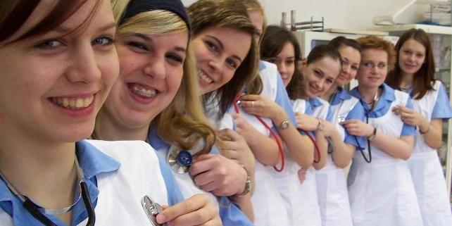 Studentky oboru musí během svého tříletého studia absolvovat 2300 hodin odborné praxe vklinických podmínkách zdravotnického zařízení.  Ilustrační foto: JD Lasica.