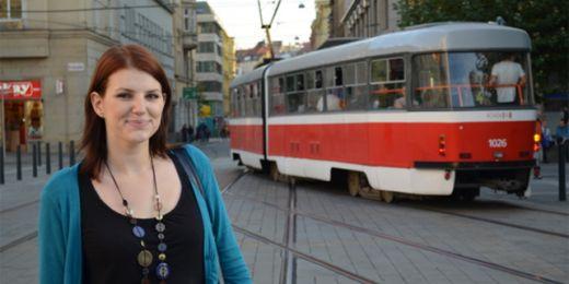 Češtinu si Sonja zdokonaluje třeba při jízdě v tramvaji. Místo poslechu MP3 se slovníčkem v ruce kouká po reklamách. Foto: Veronika Tomanová.