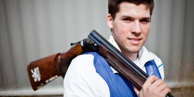Když mi bylo deset a udržel jsem pušku v ruce, začal jsem střílet stejně jako táta. Jenže střelba je finančně náročná, takže se muselo rozhodnout jestli já nebo on, říká Tomeček. Foto: Ondřej Surý.