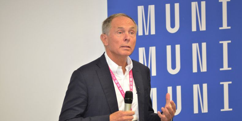 Profesor Jan Švejnar na konferenci k 30 letům ESF MU.
