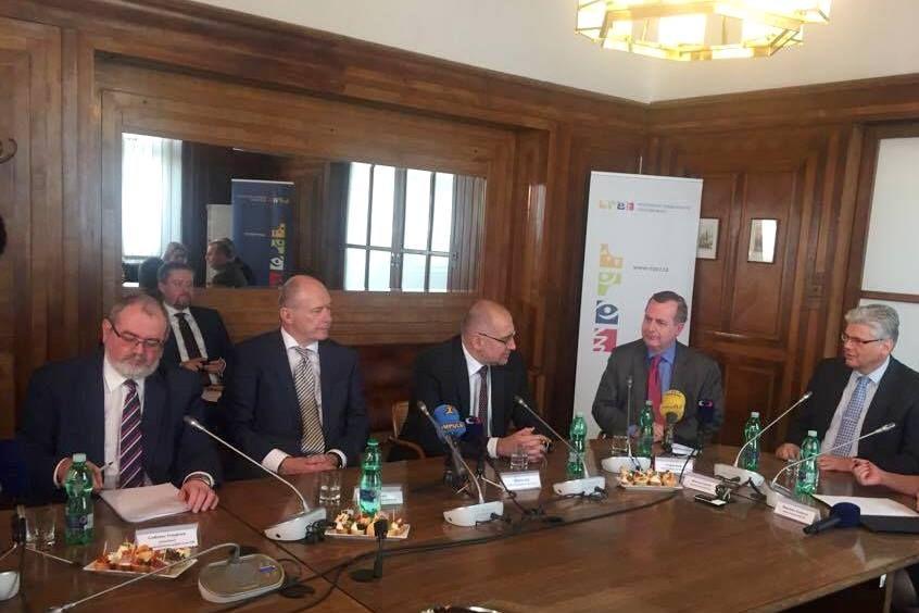 Ministr zdravotnictví Miloslav Ludvík (vpravo) na společné tiskové konferenci srektory.