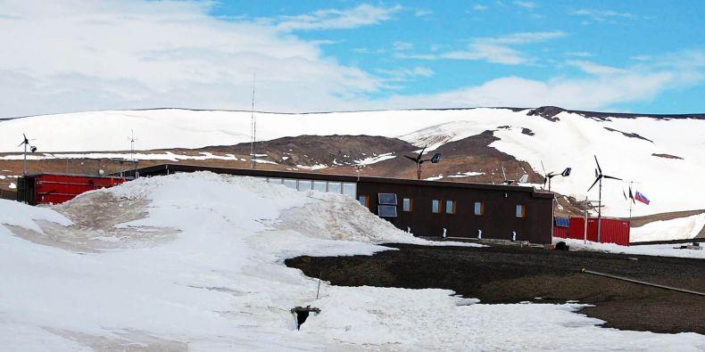 Antarktická zima byla drsnější než obyvkle. Teplota uvnitř stanice, která je dobře izolovaná, klesla až na minus 16 stupňů Celsia.
