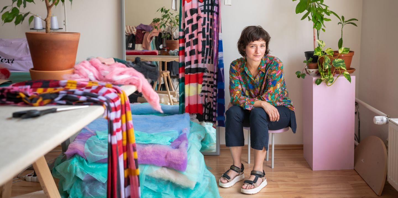 Tereza Kladošová oděvnictví studovala už na střední škole, pak si ale chtěla od oboru odpočinout, a tak šla na Pedagogickou fakultu MU, kde ji zaujala hlavně vizuální tvorba. Po ní vystudovala ještě zlínskou Univerzitu Tomáše Bati a pražskou UMPRUM.