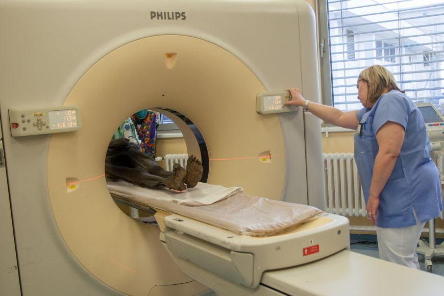 Skenování mumie ve fakultní nemocnici.