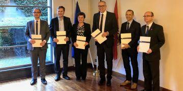 Představitelé univerzit při podpisu memoranda o spolupráci.