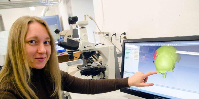 Vedoucí laboratoře morfologie a forenzní antropologie Petra Urbanová ukazuje 3D rekonstrukci lebky.
