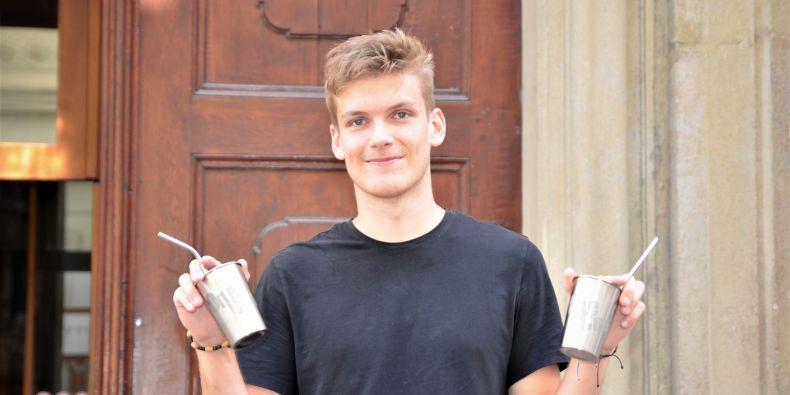 Vojta Toman se svými nerezovými kelímky OneCup.