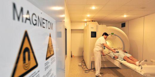 Vyšetření mozku pomocí magnetické rezonance.