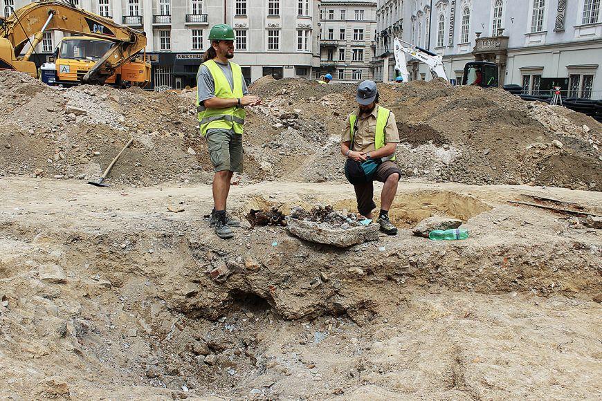 Archeolog Jiří Zubalík (vlevo) ageolog Jan Petřík nad dělostřeleckým kráterem z2.světové války, který odkryl záchranný výzkum společnosti Archaia Brno na Zelném trhu vBrně letos včervnu.