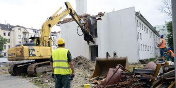 V areálu pedagogické fakulty dnes stavební firma zahájila demoliční práce původního objektu ve dvorním traktu v ulici Poříčí 31. Foto: David Povolný.